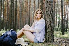 Meisje in het hout Stock Afbeeldingen