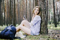 Meisje in het hout Royalty-vrije Stock Afbeeldingen