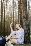 Meisje in het hout Stock Foto