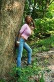 Meisje in het hout. Royalty-vrije Stock Afbeeldingen