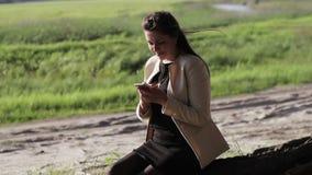Meisje in het hout met uw telefoon stock footage