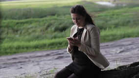 Meisje in het hout met uw telefoon stock video