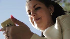 Meisje in het hout met uw telefoon stock videobeelden