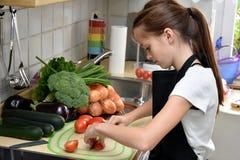 Meisje het koken stock afbeelding