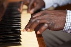 Meisje het leren spelpiano met haar papa Stock Fotografie
