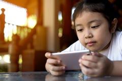Meisje het letten op beeldverhaal op mobiel apparaat royalty-vrije stock afbeeldingen