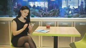 Meisje het letten op foto's die een mobiele telefoon met behulp van stock videobeelden