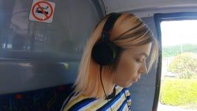 Meisje het luisteren muziek op een bus 4k stock videobeelden