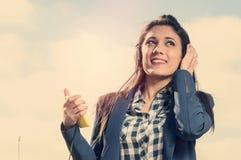 Meisje het luisteren muziek in smartphone Stock Fotografie