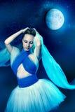 Meisje in het maanlicht Stock Afbeeldingen
