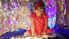 Meisje in het masker van de brandweermanhond stock videobeelden
