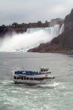 Meisje in het Niagara Falls van de Mist Stock Fotografie