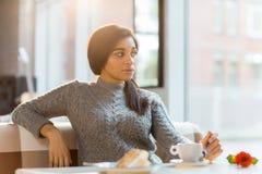 Meisje het ontspannen in koffie stock afbeeldingen