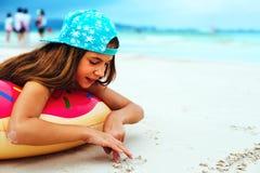 Meisje het ontspannen met lilo op het strand Stock Foto's