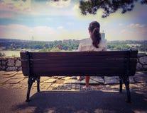 Meisje het ontspannen op een parkbank Royalty-vrije Stock Afbeelding