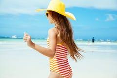 Meisje het ontspannen op het eilandstrand Stock Foto