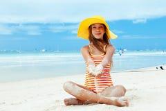 Meisje het ontspannen op het eilandstrand Stock Afbeeldingen