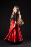 Meisje in het oosterse Spaanse flamenco van de kostuumdans Stock Afbeeldingen