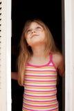 Meisje in het open venster Stock Afbeeldingen