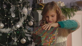 Meisje het openen de dozen met stelt voor stock video