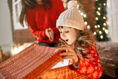 Meisje het openen Kerstmisgift Stock Foto's