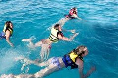 Meisje in het overzees bij een diepte van Stock Fotografie