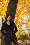 Meisje in het park in de herfst Stock Fotografie