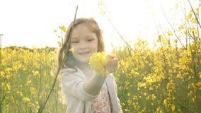 Meisje het plukken bloeit en werpt op bloemblaadjes stock video