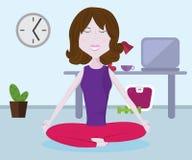 Meisje het praktizeren yoga in de Lotus-positie Yoga in aard Chakrayoga royalty-vrije stock afbeelding