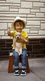 Meisje in het puppy van de hoedenholding Stock Afbeelding