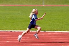 Meisje in het ras van relaissporten Stock Afbeeldingen