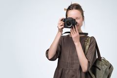 Meisje het retro stellen met een camera bij studio, die beelden nemen stock afbeeldingen