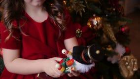 Meisje in het rode stuk speelgoed van kledingsspelen c stock video