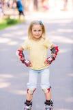 Meisje het rollerskating in het park Royalty-vrije Stock Foto