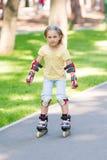 Meisje het rollerskating in het park Stock Fotografie