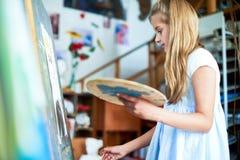 Meisje het Schilderen in Art Class stock fotografie