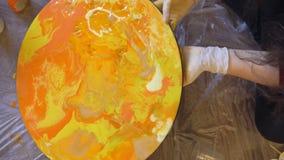 Meisje het schilderen bij de zitting van de Kunsttherapie Acrylkleurstoffen die op rond canvas in het heldere kleuren afhangen va stock video