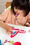 Meisje het schilderen met vingers Stock Foto's
