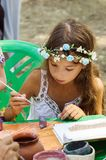 Meisje het schilderen schetsen van klei Royalty-vrije Stock Afbeeldingen