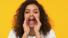 Meisje het schreeuwen luid aan camera, die vriend schreeuwen, besteedt aandacht aan sociale kwesties stock video