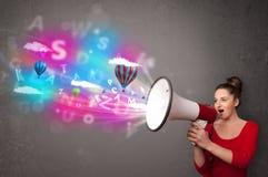 Meisje het schreeuwen in megafoon en abstracte teksten en de ballons komen uit Stock Foto