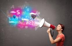 Meisje het schreeuwen in megafoon en abstracte teksten en de ballons komen Stock Afbeelding