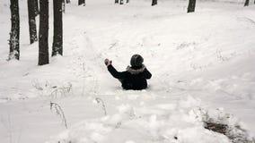 Meisje het sledding onderaan de heuvel 96fps stock videobeelden