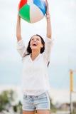 Meisje het spelen bal op het strand Royalty-vrije Stock Foto