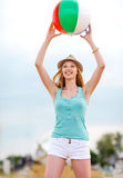 Meisje het spelen bal op het strand Stock Fotografie