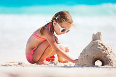 Meisje het spelen bij strand stock afbeelding
