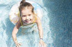 Meisje het spelen bij zwembad Stock Foto's