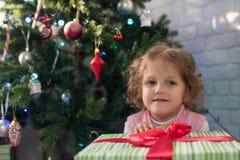 Meisje het spelen in de ruimte met een Kerstboom Royalty-vrije Stock Fotografie