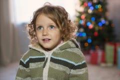 Meisje het spelen in de ruimte met een Kerstboom Stock Afbeeldingen