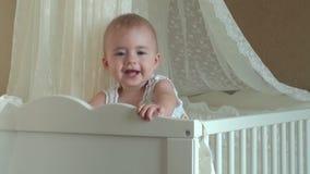 Meisje het spelen in de voederbak FullHDvideo stock footage
